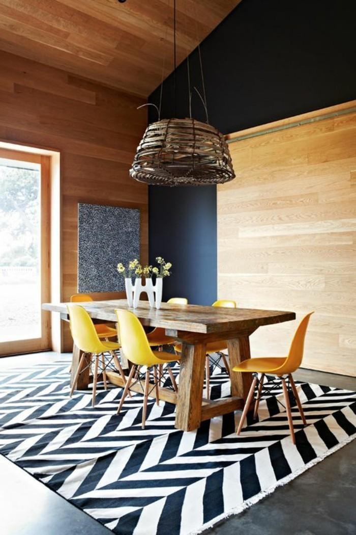idée-déco-chambre-salle-de-séjour-chic-lustre-en-bois-tapis-blanc-noir-chaises-jaunes