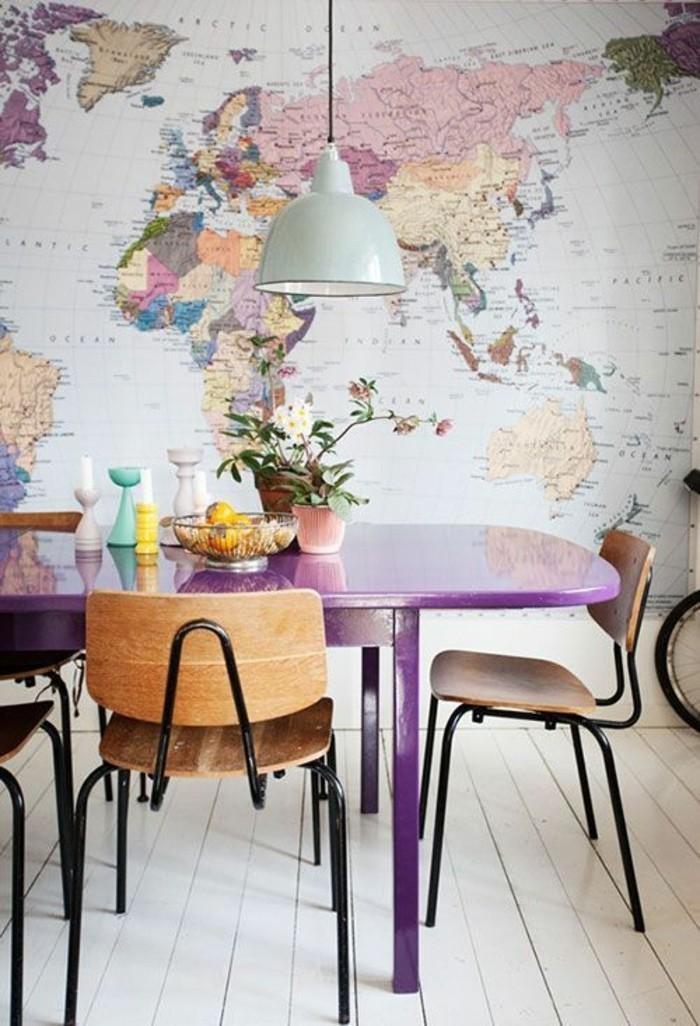 idée-déco-murale-salle-à-manger-papier-peint-design-avec-image-imprimee-chaises-en-fer-et-bois