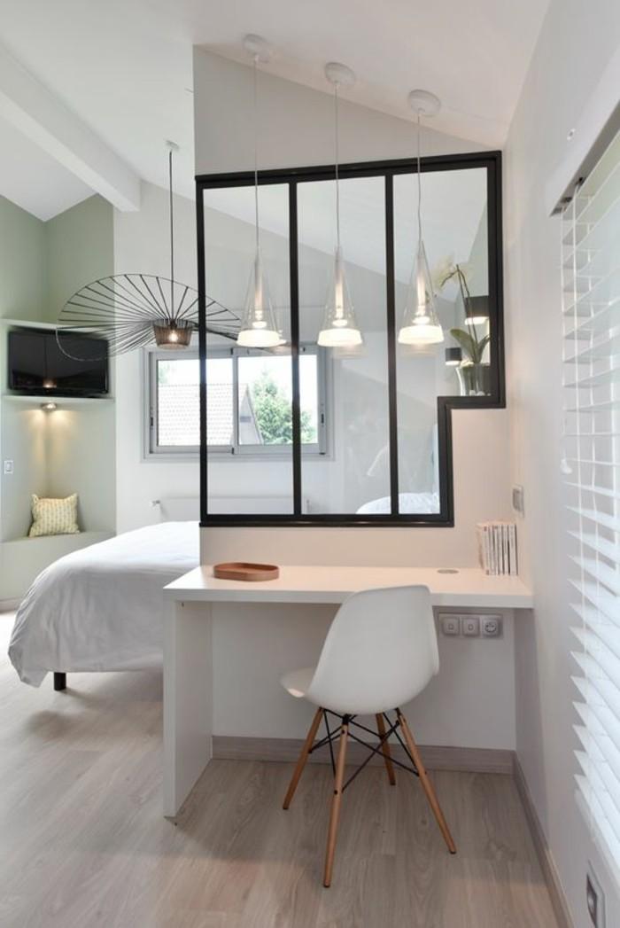 idée-déco-pas-cher-comment-amenager-un-appartement-sol-en-parquet-chaise-plastique-blanche