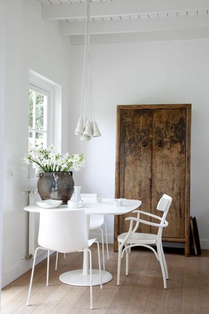 idée-déco-récup-salle-a-manger-sol-en-planchers-bois-clair-meubles-blancs-petite-fenetre