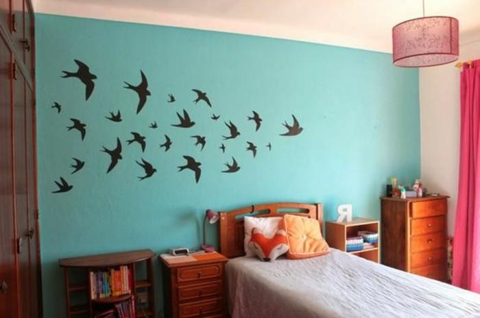 idées-pour-la-chambre-d-ado-mur-en-bleu-clair-deco-avec-stickers-adhesifs-avec-oiseaux