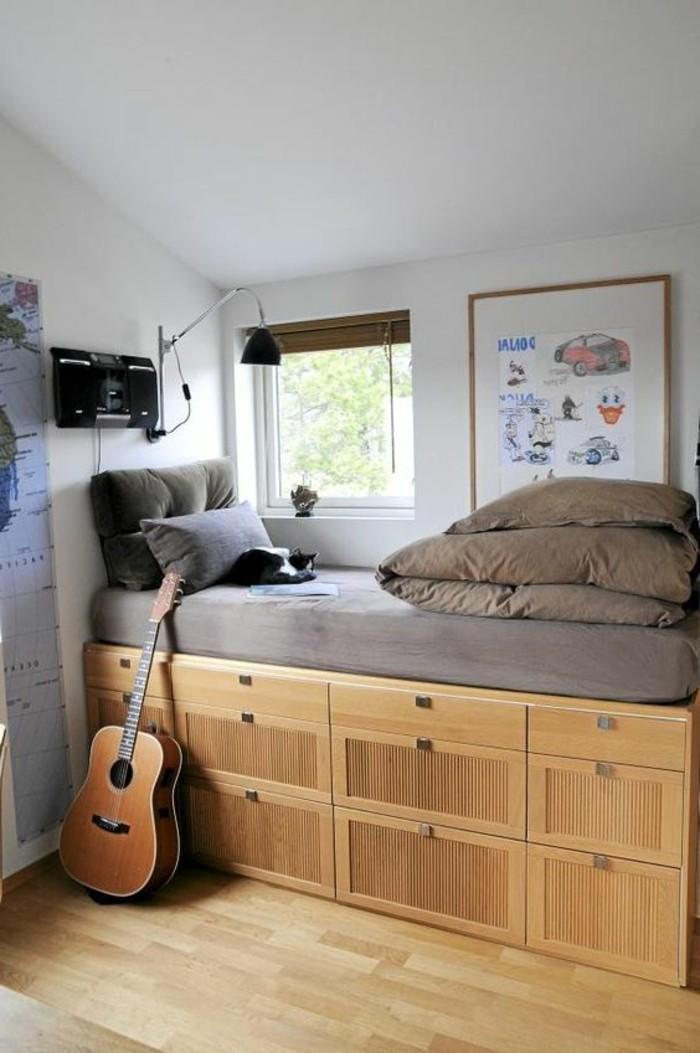 idee-chambre-ado-garçon-sol-en-parquet-clair-lit-adulte-en-bois-clair-mur-peint-en-blanc