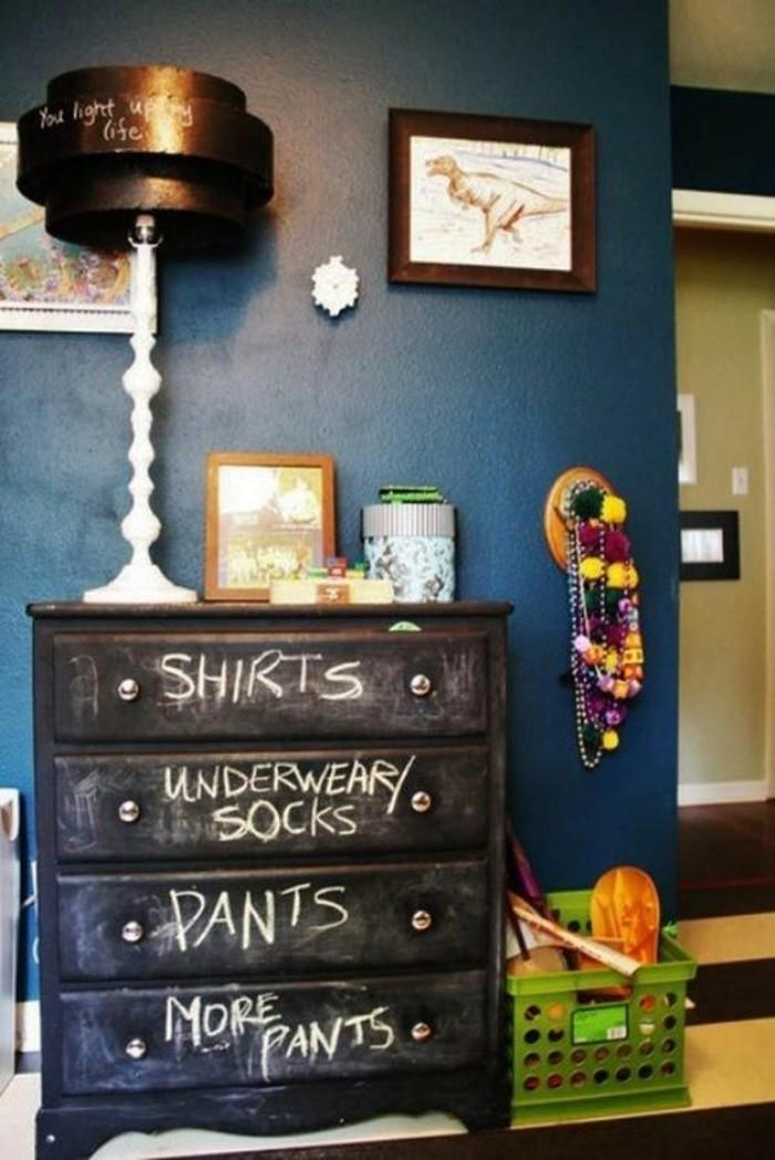 idee-deco-chambre-garcon-mur-en-bleu-foncé-idee-deco-murs-chambre-ado