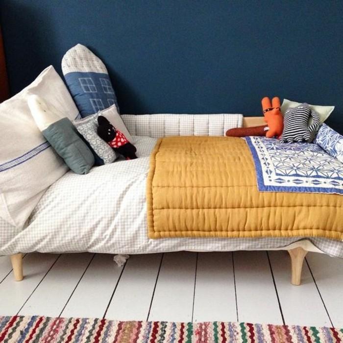 idee-deco-chambre-garcon-tapis-coloré-sol-en-planchers-beiges-mur-en-bleu-foncé
