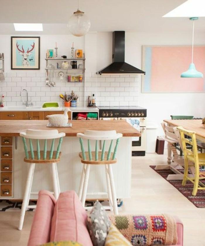 idee-deco-salle-à-manger-couleur-blanc-et-rose-pale-canape-rose-mur-en-carrelage-blanc