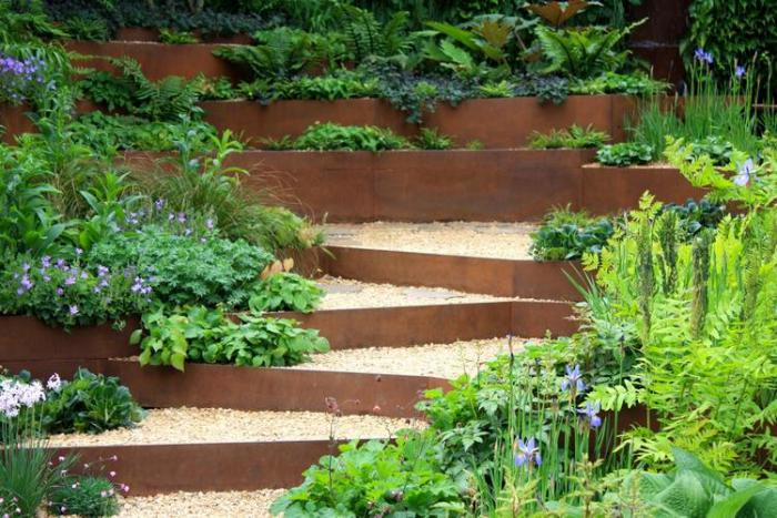 jardin-en-pente-aménagement-jardin-en-pente-marches-et-gravier