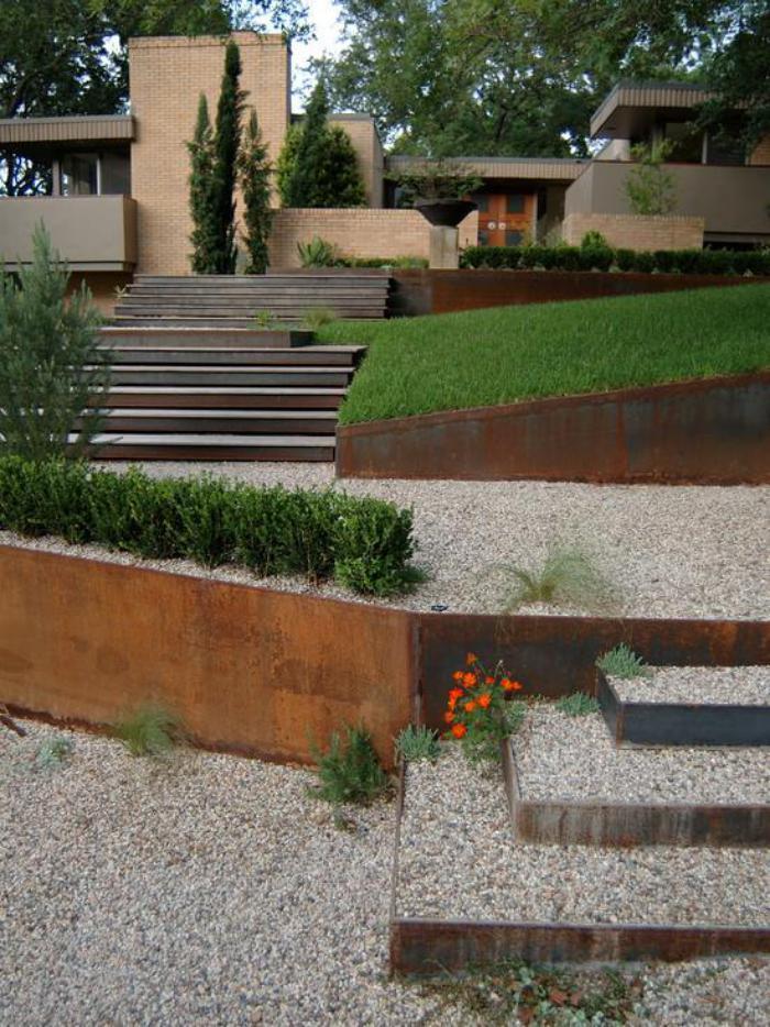 jardin-en-pente-jardin-bien-aménagé-cailloux-et-mur-soutènement-acier