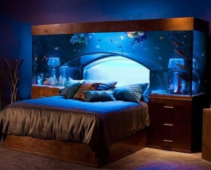 jolie-chambre-à-coucher-tete-de-lit-capitonnée-aquarium-lit