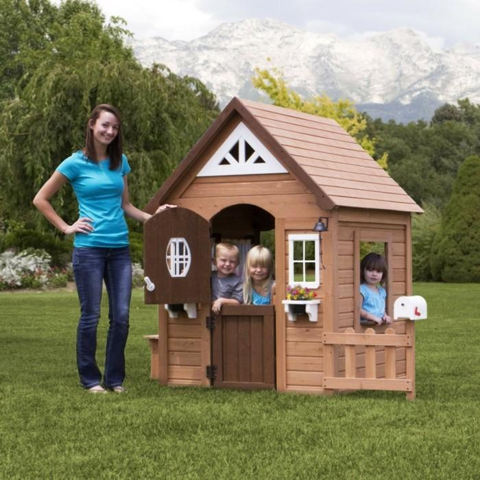 jolie-maisonnette-pour-enfant-en-bois-et-la-montagne