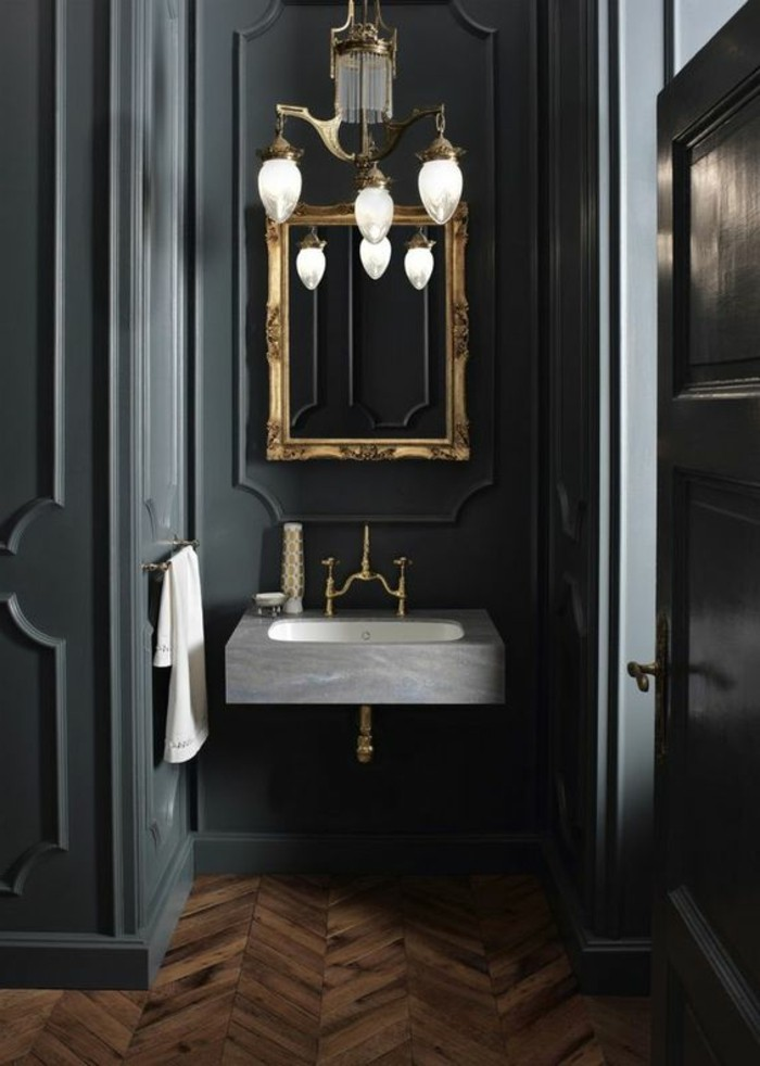 jolie-salle-de-bain-anthracite-foncé-sol-en-parquet-bois-clair-miroir-mural-lampe-design