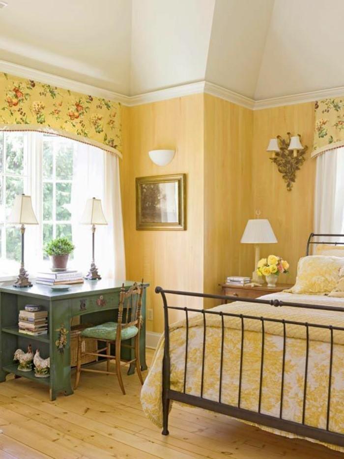 la-plue-belle-conforama-chambre-fille-en-jaune-pale-bureau-sol-en-parquet-lampe-de-lecture