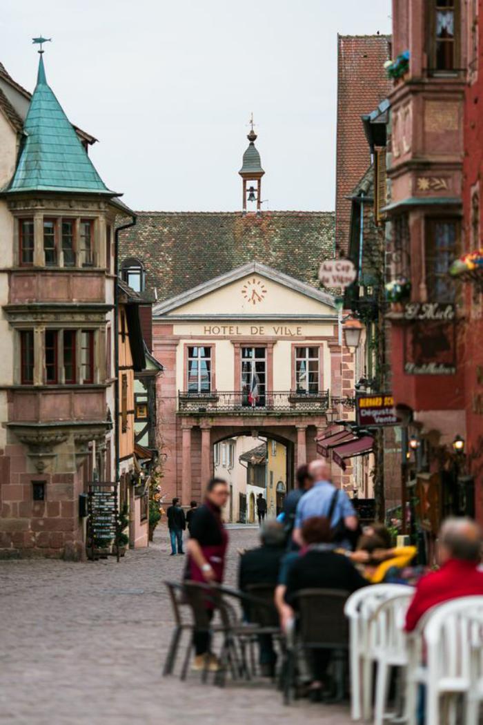 la-route-des-vins-d'Alsace-café-et-ruelle-pavée