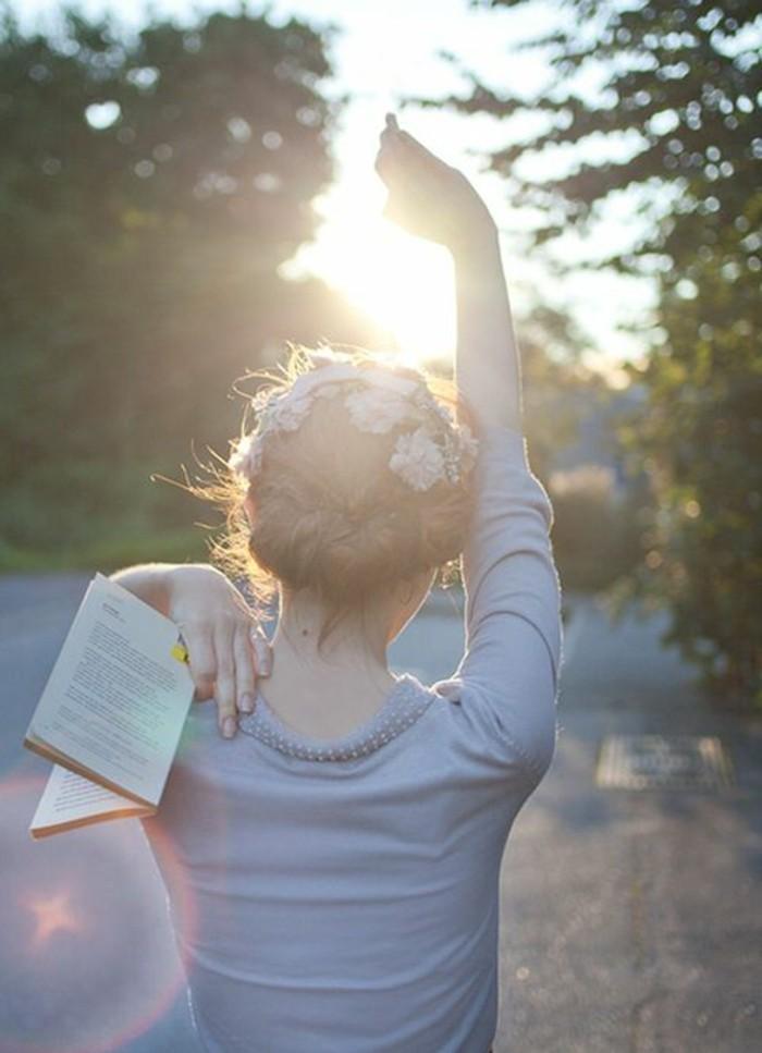 les-best-sellers-livres-a-lire-avant-mourir-fille-marche-sur-la-rue-avec-livre-dans-la-main