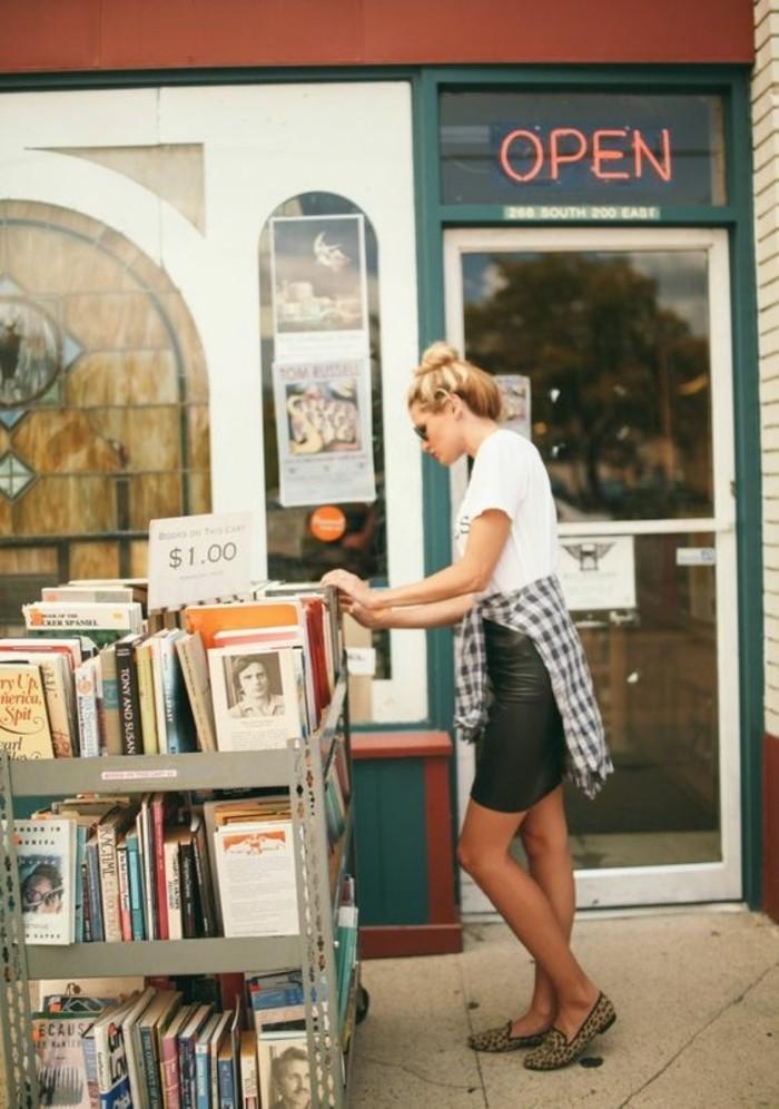 les-livres-top-a-lire-cette-annee-2016-livres-les-plus-vendus-fille-devant-magasins-pour-livres