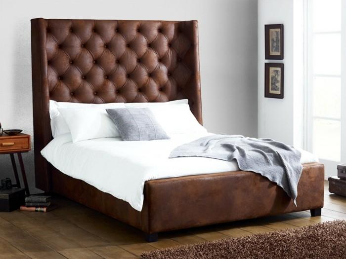 lit-design-pas-cher-en-cuir-marron-tapis-marron-sol-en-planchers-bois-coussins-blancs