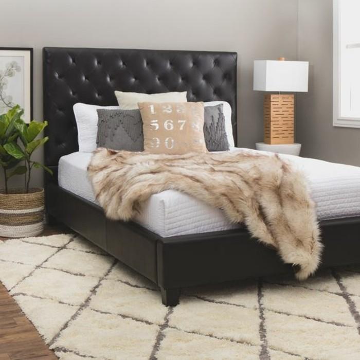 lit-en-cuir-marron-foncé-tapis-dans-la-chambre-a-coucher-beige-sol-en-parquet