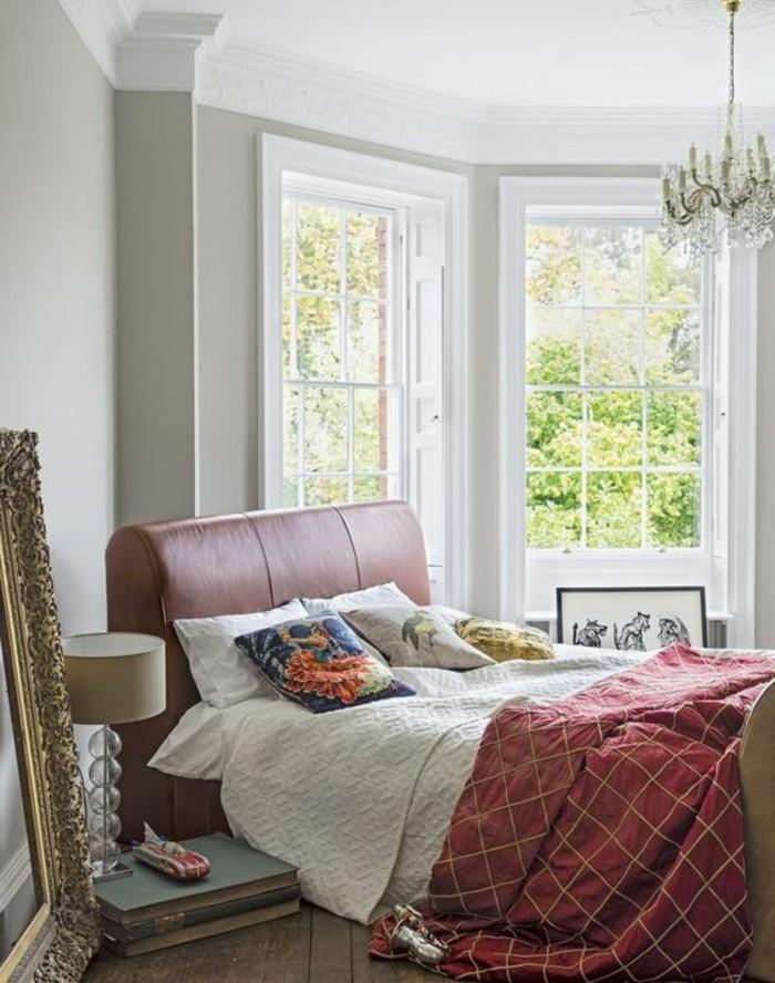 chambre a coucher baroque avec lustre baroque et grandes fenetres avec