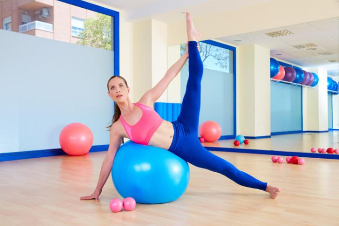 méthode-pilates-ballon-de-fitness-et-grand-miroir