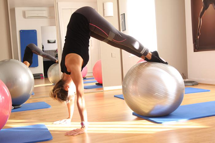 méthode-pilates-faire-du-fit-avec-un-ballon-d'exercices