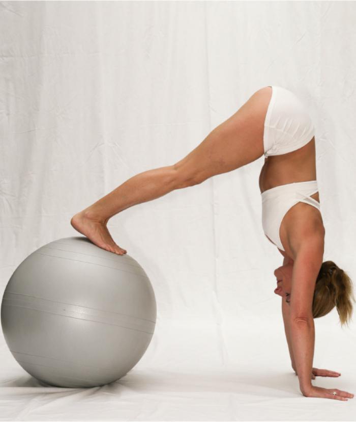 méthode-pilates-force-et-balance-avec-suisse-ball