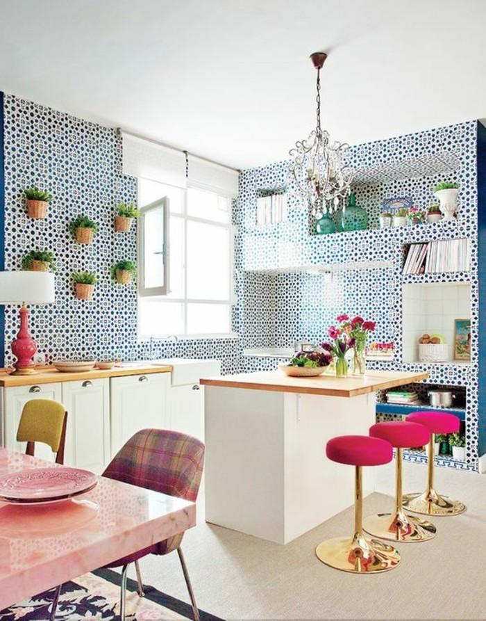 magnifique-cuisine-sol-en-parquet-clair-mur-en-mosaique-blanc-bleu-lustre-en-crystal-chaises-hautes-bar-de-cuisine