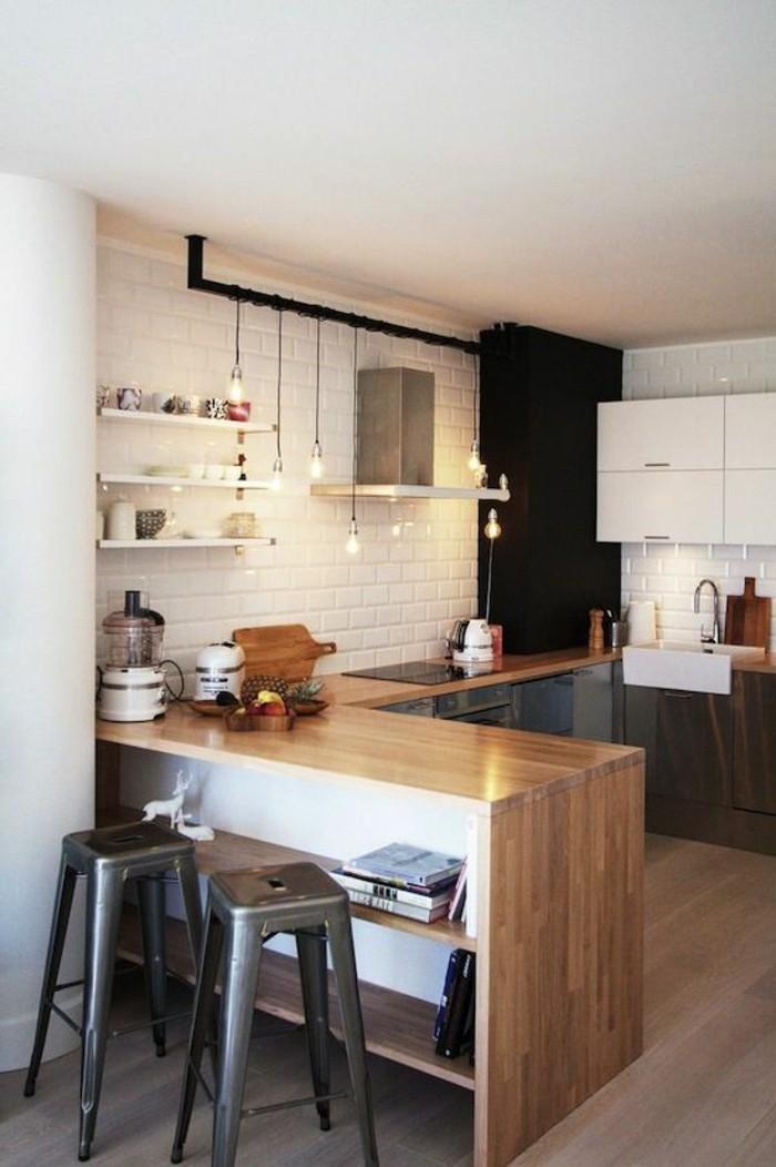 modele-cuisine-americaine-cuisine-integree-en-bois-chaises-hautes-en-fer