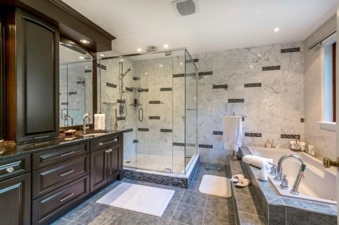 modele-douche-a-l-italienne-avec-des-meubles-massifs-resized