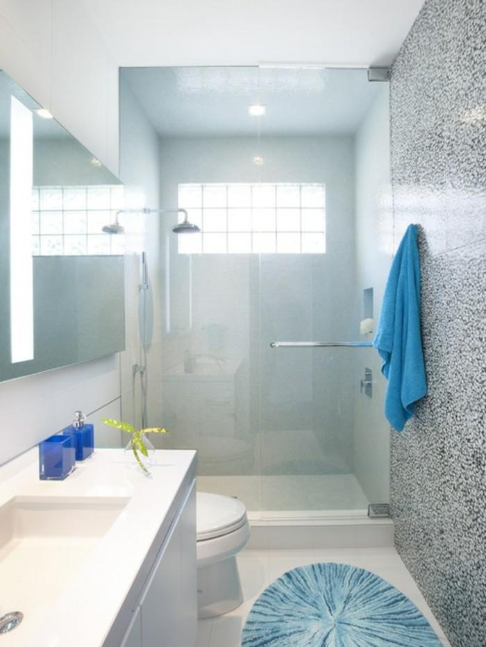 modele-douche-a-l-italienne-en-blanc-et-gris-aux-details-bleus-resized