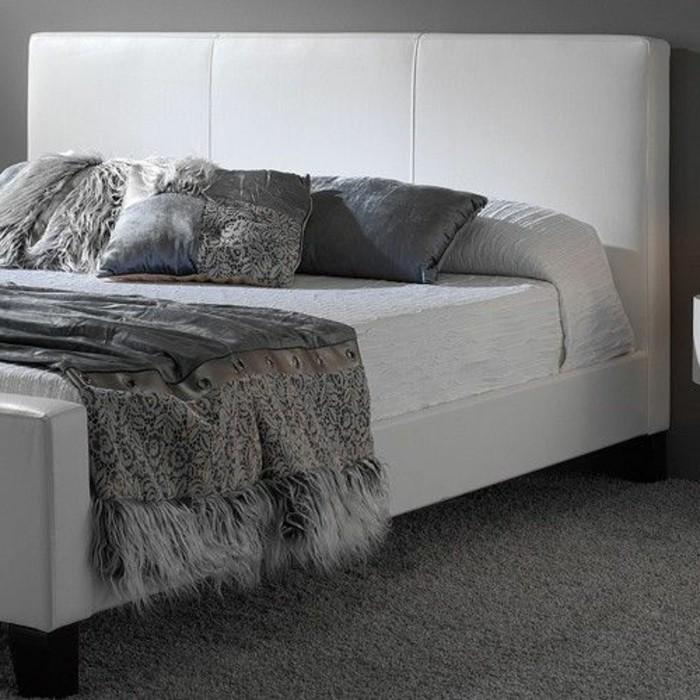 moquette-gris-anthracite-lit-en-cuir-blanc-coussins-gris-dans-la-chambre-a-coucher-parentale