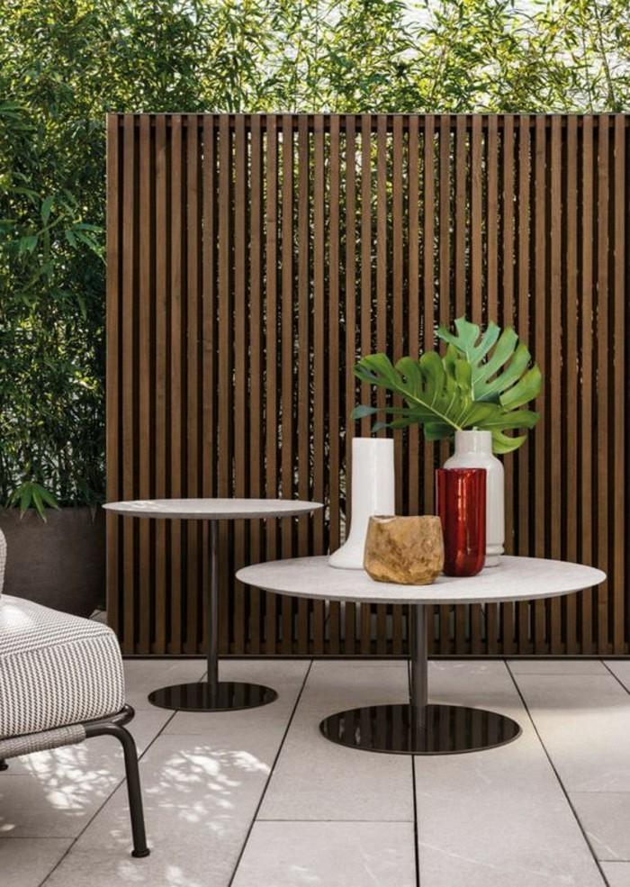 paravent-de-jardin-en-bois-un-fauteuil-deux-tables