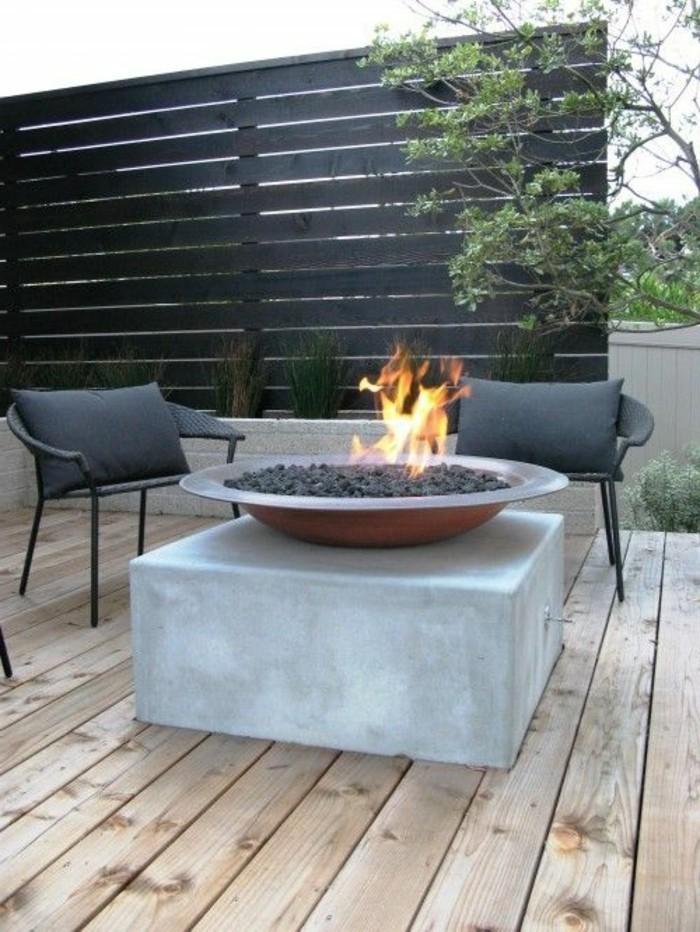 paravent-de-jardin-gris-feu-allume-sur-une-table-basse