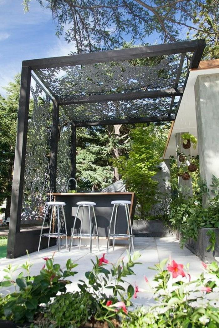 paravent-de-jardin-gris-une-table-et-trois-chaises-hautes