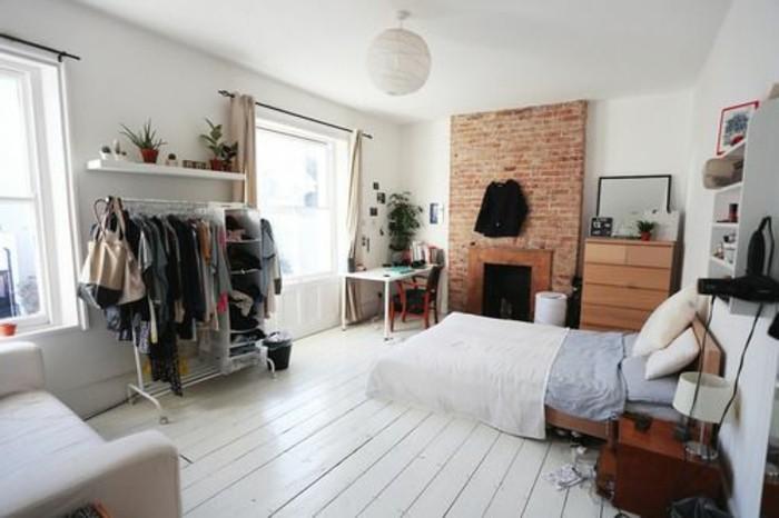 petit-studio-mur-en-briques-sol-en-planchers-blancs-murs-blancs-lustre-en-tissu-blanc