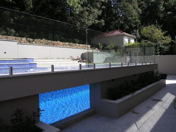 La piscine en verre en 43 photos for Villa design avec piscine