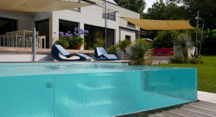 piscine-en-verre-deux-chaises-longues