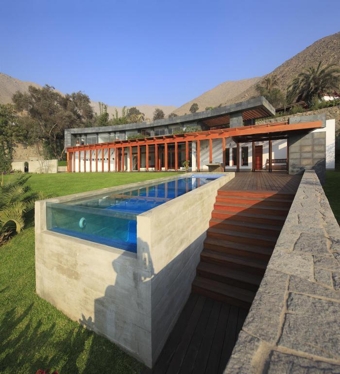 piscine en verre et béton, grande résidence au coeur de la nature