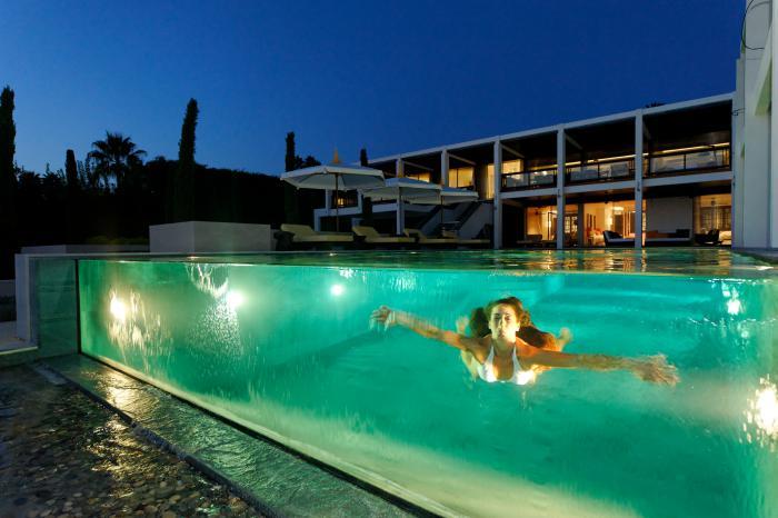 La piscine en verre en 43 photos for Chausson de piscine pour verrue
