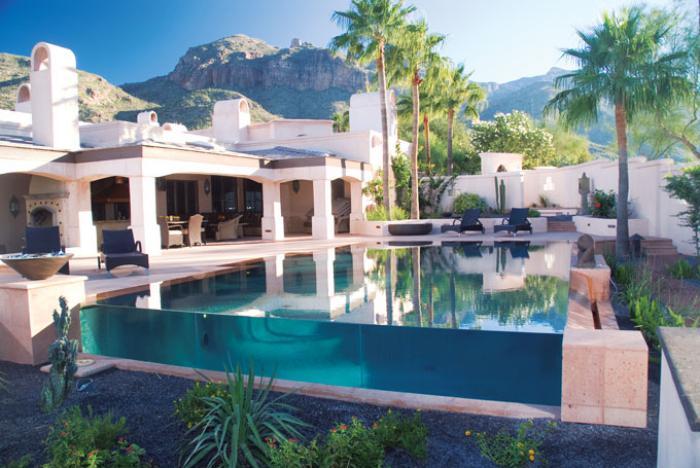piscine-en-verre-hôtel-avec-vue-tropicale