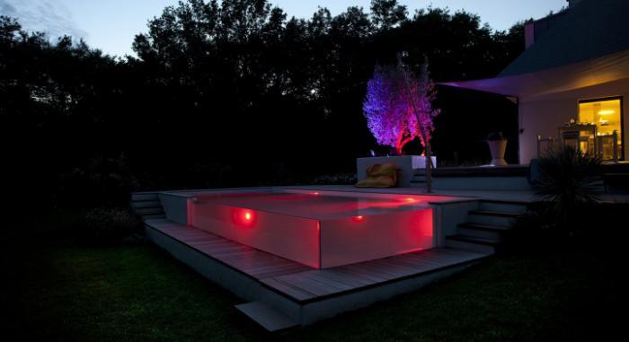 piscine-en-verre-illuminée-rose