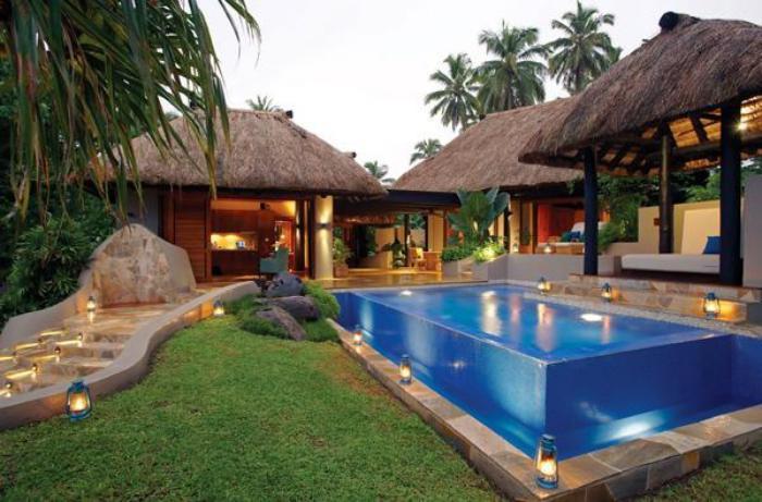 piscine-en-verre-jolie-pisicne-vitrée-dans-le-jardin
