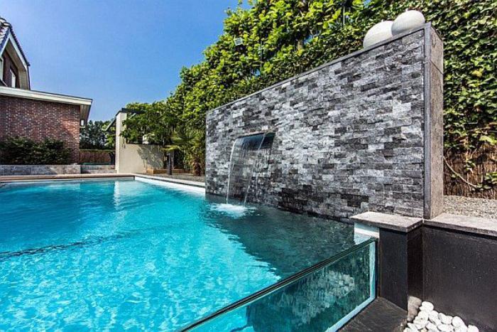 piscine-en-verre-mur-en-parement-pierre