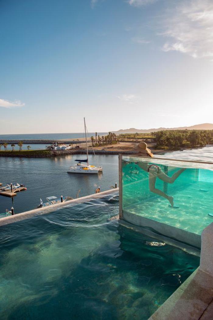 piscine-en-verre-originale-avec-vue-fantastique