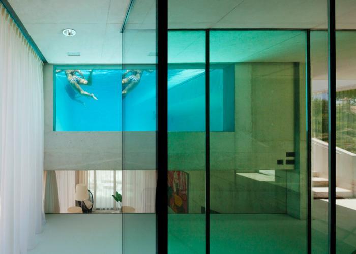 piscine-en-verre-piscine-insolite-à-l'intérieur-de-la-demeure