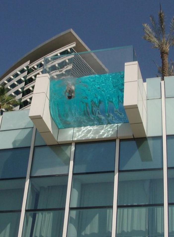 piscine-en-verre-terrasse-d'hôtel-de-luxe