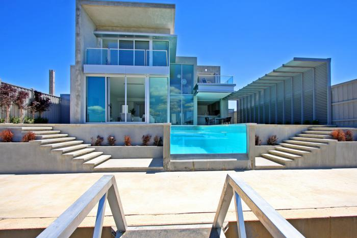 piscine-en-verre-villa-contemporaine-architecture-cubique