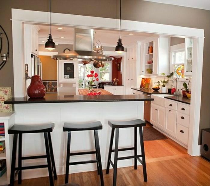 plan-cuisine-americaine-parquet-clair-chaises-de-cuisine-hautes-lampe-de-cuisine-fleurs
