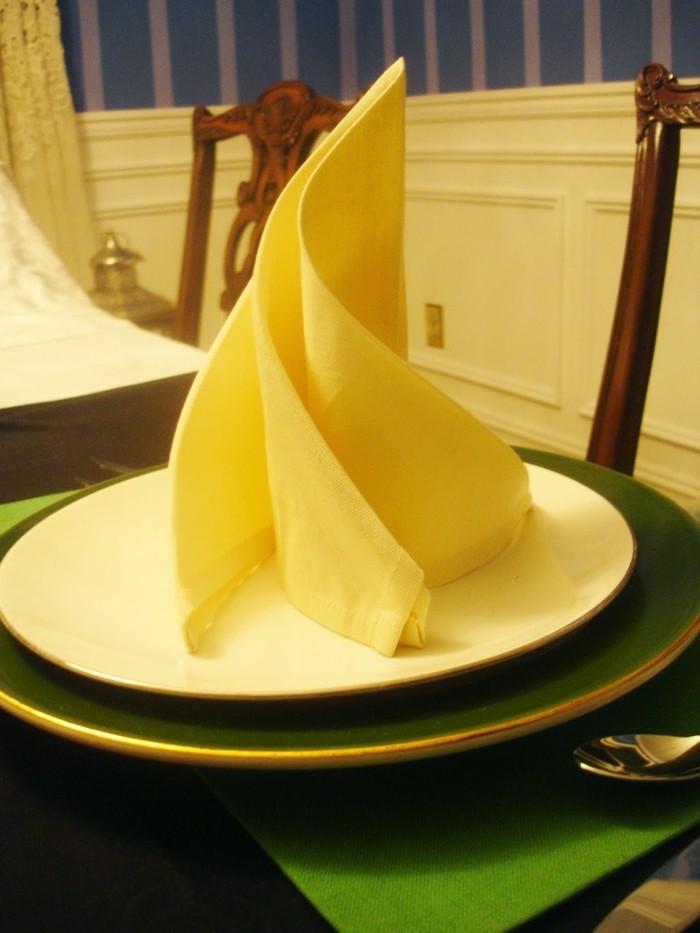 pliage-de-serviette-simple-couleur-jaune