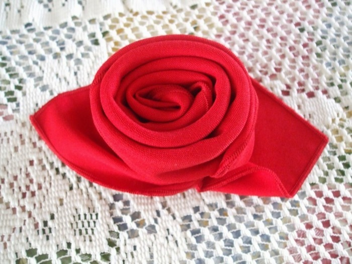 Pliage de serviette facile et original 40 id es for Pliage serviette bouton de rose