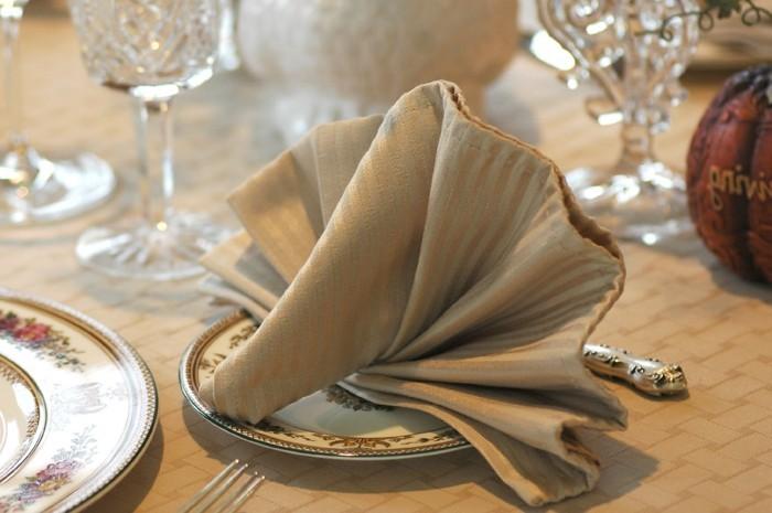 pliage-serviette-couleur-beige