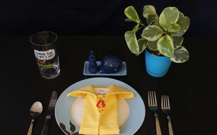 pliage-serviette-facile-chemise-jaune